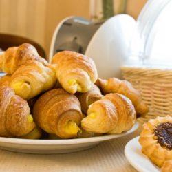 круассаны и другая выпечка на завтрак в отеле Камея